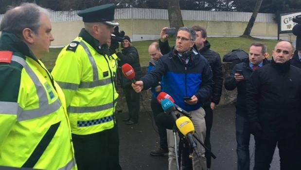 El asistente del comisario de la Policía informa a la prensa sobre la muerte de tres adolescentes