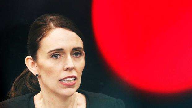 Jacinda Ardern, primera ministra de Nueva Zelanda, anuncia que el país prohibirá las armas semiautomáticas