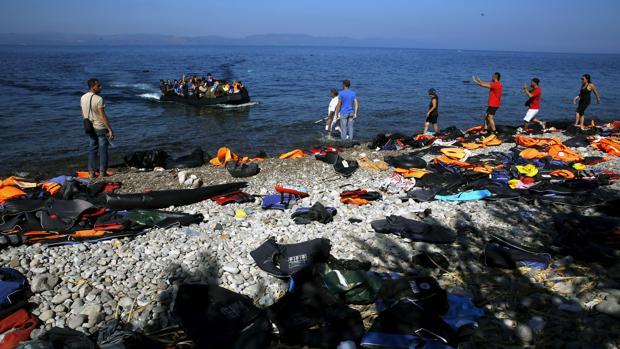 Una embarcación con refugiados a su llegada a la isla griega de Lesbos