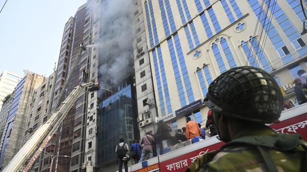 El rascacielos incendiado en Dacca
