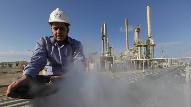 Un trabajador petrolero libio, trabaja en una refinería dentro del complejo petrolero Brega en Libia