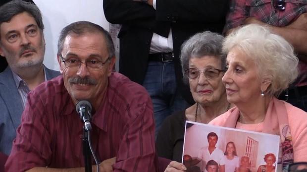 Carlos Alberto Solsona, junto a Estela de Carlotto, durante la rueda de prensa en Buenos Aires