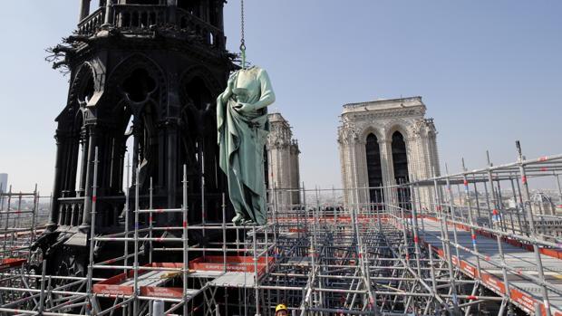 Un incendio en Notre Dame devoró ayer a icónica Catedral de París