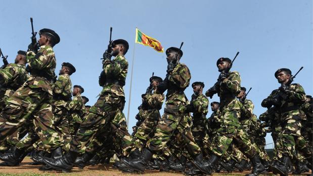 Soldados de Sri Lanka marchan en mayo de 2010 celebrando la victoria sobre los Tigres Tamiles, después de 37 años de conflicto