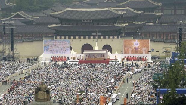 Una multitud de fieles católicos asiste a una misa del Papa Francisco en Seúl en agosto de 2014