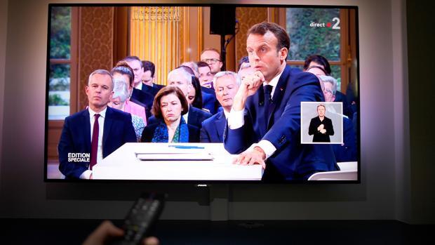 Imagen de una televisión emitiendo la rueda de prensa de Emmanuel Macron