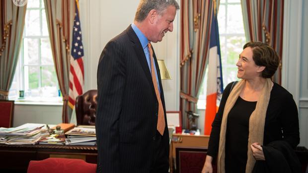 Bill de Blasio se reúne con Ada Colau en el despacho de la Alcaldía de Nueva York en 2016