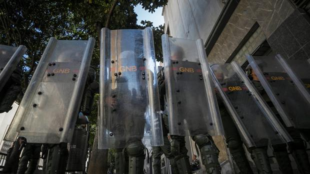 Agentes de la Guardia Nacional vigilan este miércoles las inmediaciones de la Asamblea Nacional