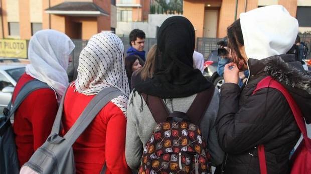 Estudiantes con velo en una escuela europea, en una imagen de archivo