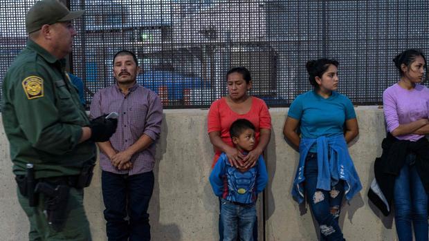 Inmigrantes, la mayoría centroamericanos, en la frontera de El Paso, en Texas