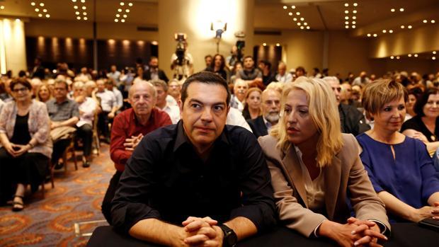 El primer ministro de Grecia, Alexis Tsipras (i), participa en una reunión del comité central de Syriza, este lunes en Atenas (Grecia)