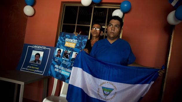 El «preso pólitico» Hansell Vázquez posa tras ser liberado y llevado a casa