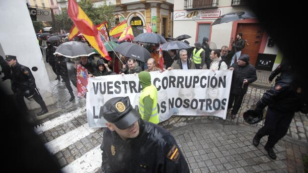 Una manifestación contra la corrupción marcha por una calle de Sevilla, en 2014