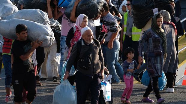 Grecia traslada a mil inmigrantes hacinados en el «infierno de Moria»