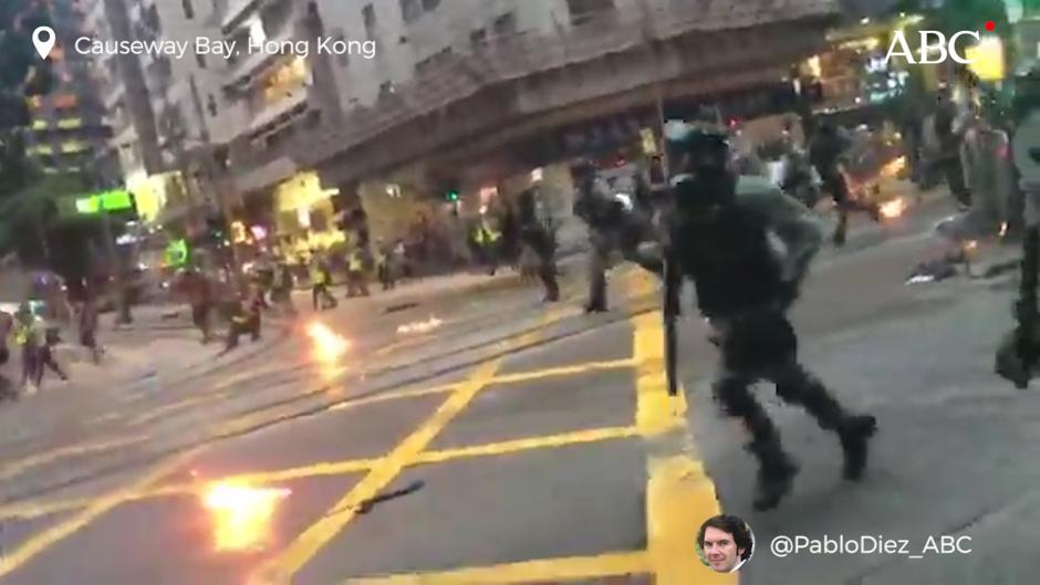 En vídeo: Carga de la Policía de Hong Kong bajo gases lacrimógenos y cócteles molotov