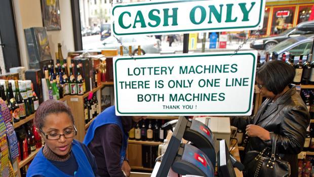 Una mujer compra boletos de lotería en una licorería de Washington D. C.