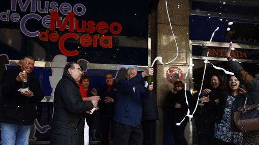 Trabajadores del Museo de Cera de Madrid celebran el premio Gordo