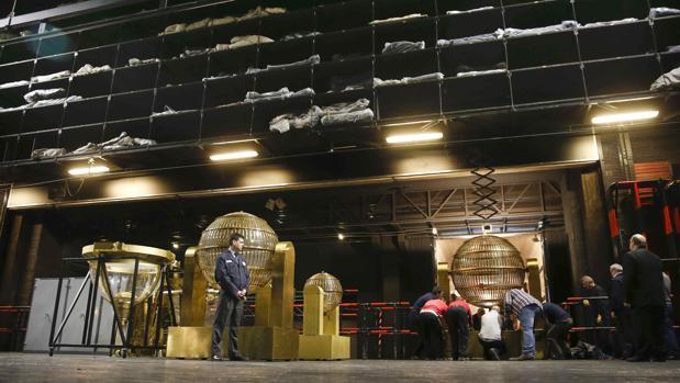 Horas antes del Sorteo, los operarios instalan los bombos, la tolva y el resto de la maquinaria, para que todo esté a punto