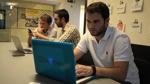 Marcos Alba (polo blanco) junto a los otros dos cofundadores de «SocialBets», Javier (centro) y Sergio (izda)