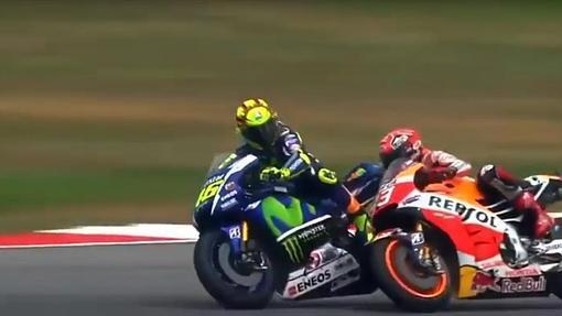 Rossi derriba a Márquez de una patada