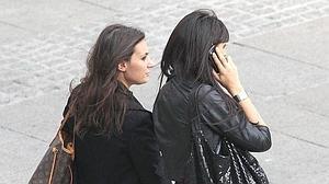 La mayoría de jóvenes cruza la calle hablando por el móvil