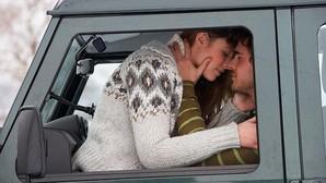 Otra de multas ridículas, entre ellas besar al copiloto