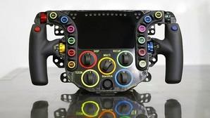 24 botones sobre el volante de un coche de carreras