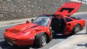 Le prestan un Ferrari y lo estrella contra una farola
