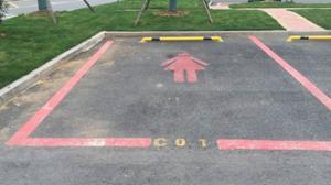 Pintan en rosa plazas de aparcamiento para ellas