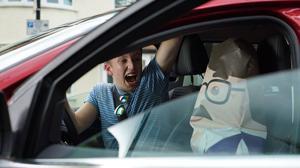 Los jóvenes se distraen al volante más que los adultos