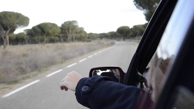 Te pueden multar por ir con el brazo fuera del coche, como viajaba Bruno Hortelano