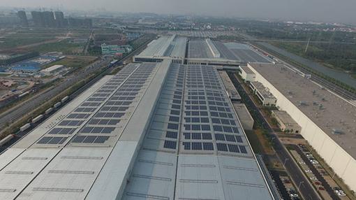 El techo de las fábricas resulta perfecto para la instalación de paneles solares
