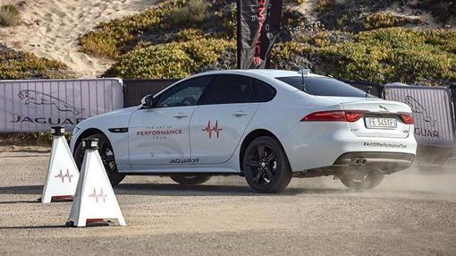 Nicholas Hoult en plena acción con el Jaguar XF AWD
