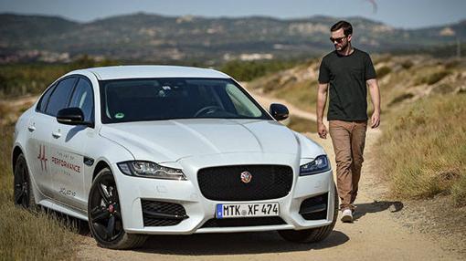 El Jaguar XF AWD preparado para la prueba junto con el actor Nicholas Hoult