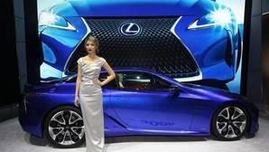 Chicas y chicos de moda para mostrar los mejores coches