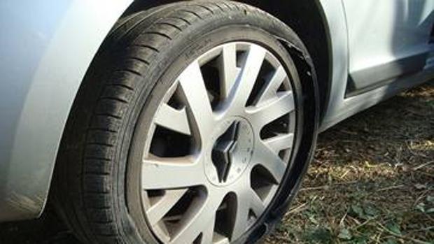 Cómo actuar si pinchas una rueda del coche