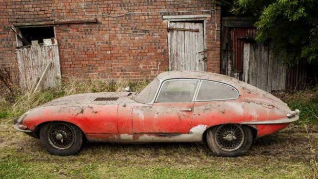 Encuentran un Jaguar deportivo oculto en un granero durante 40 años