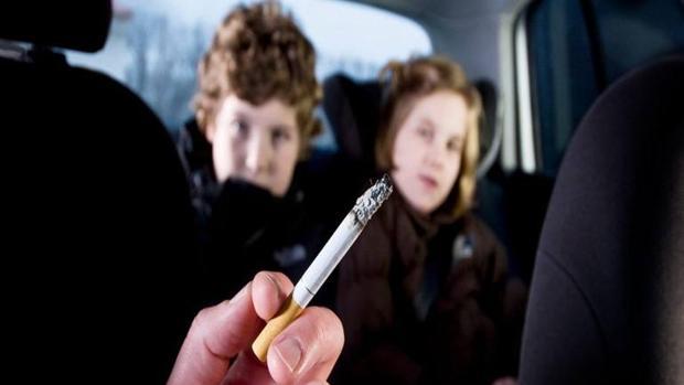 Multas a los conductores fumadores en Cataluña