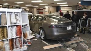 Invade un comercio con su vehículo y no le echa la culpa al sistema de conducción autónoma de Tesla