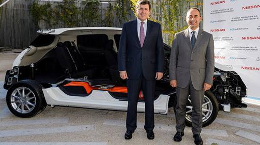 Marco Toro con Miguel Angel Ruiz, Viceconsejero de Medio Ambiente de la Comunidad de Madrid ante un despiece de un Nissan Leaf