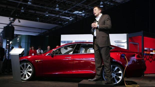 EL CEO de Tesla, Elon Musk, junto a un Model S, coche eléctrico de lujo