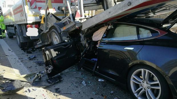 A pesar del fuerte tonelaje del camión, el conductor salió por su propio pie tras el impacto