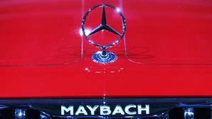 Logo de un Mercedes Maybach durante su presentación anual de resultados