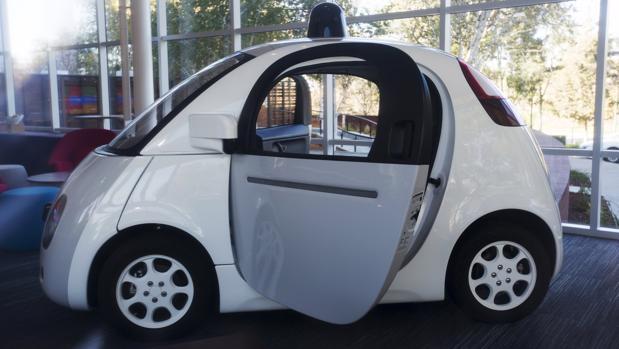 Un coche autoconducido de Google en el vestíbulo de la compañía en Mountain View, California