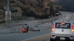 Un motorista causa un aparatoso accidente con una patada y huye