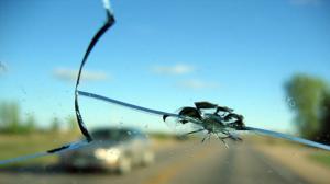 Así se rompe el parabrisas de un coche tras un impacto