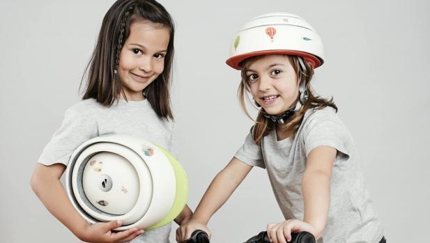 Una empresa española diseña un casco de bici plegable y conectado a internet