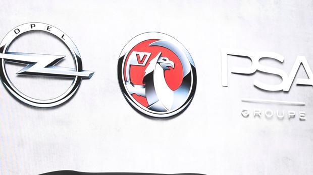 Logotipos de Opel, Vauxhall y el Grupo PSA, durante el pasado Salón de Ginebra