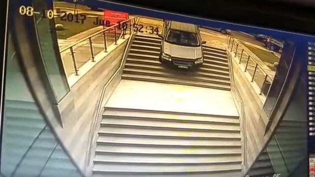 YouTube:  Una conductora, a punto de causar una tragedia al confundir la entrada peatonal a un edificio con un parking