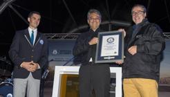 Luca de Meo recoge el certificado junto a Mikel Palomera